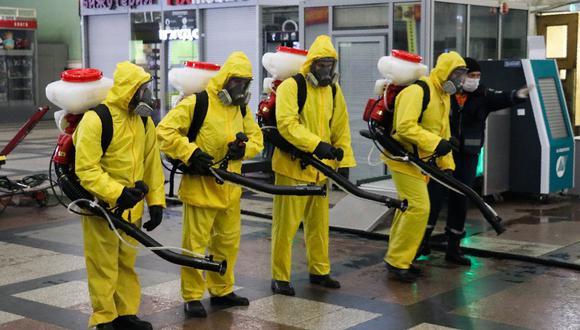 Coronavirus en Rusia   Últimas noticias   Último minuto: reporte de infectados y muertos sábado 18 de abril del 2020   Empleados del Ministerio de Situaciones de Emergencia de Rusia se preparan para desinfectar la estación de tren de Kazan en Moscú. (Foto de la Agencia de Noticias de Moscú vía AP).