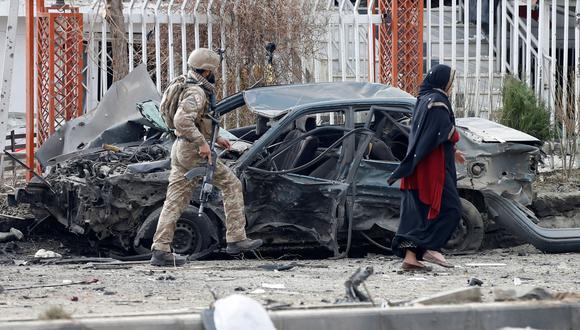 Un militar inspecciona un vehículo dañado por la explosión, en Kabul. REUTERS/Mohammad Ismail