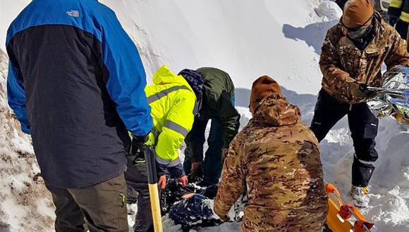 El rescate de los cuerpos en la nieve. Foto: La Nación de Argentina/ GDA