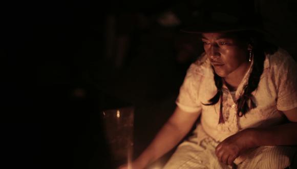 """""""He regresado después de 30 años para reconocer a mis muertos, así quizá pueda dormir tranquila"""", afirma Dolores Guzmán en el documental."""