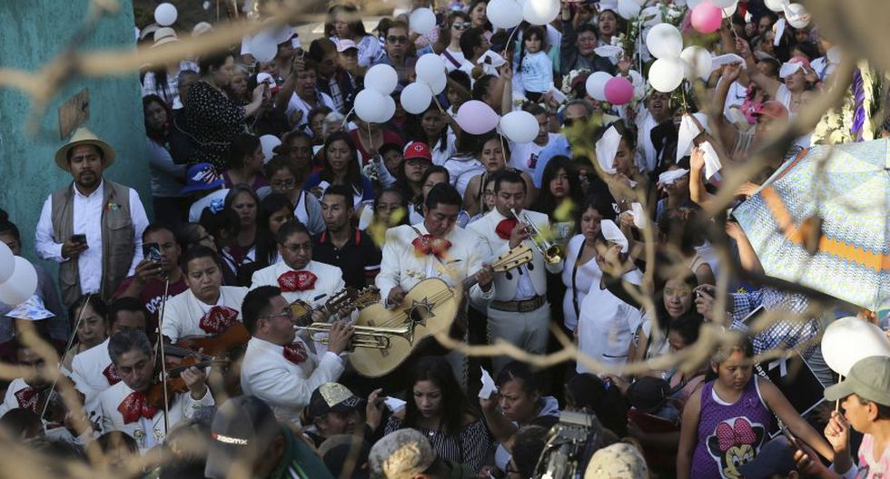 Una banda de mariachis toca durante el funeral de Fátima. (Foto: AP).