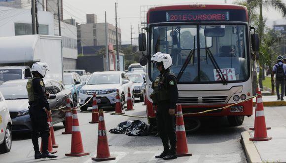 Un ciclista perdió la vida tras ser atropellado por un bus del Corredor Rojo en el cruce de la avenida Javier Prado con la calle Los Membrillos, en La Molina. (Foto: César Grados)