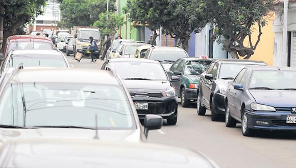 Automóviles estacionados en ambos lados de la calle José de la Torre Ugarte, en Miraflores, obstruyen el paso de otros vehículos. (Miguel Bellido / El Comercio)