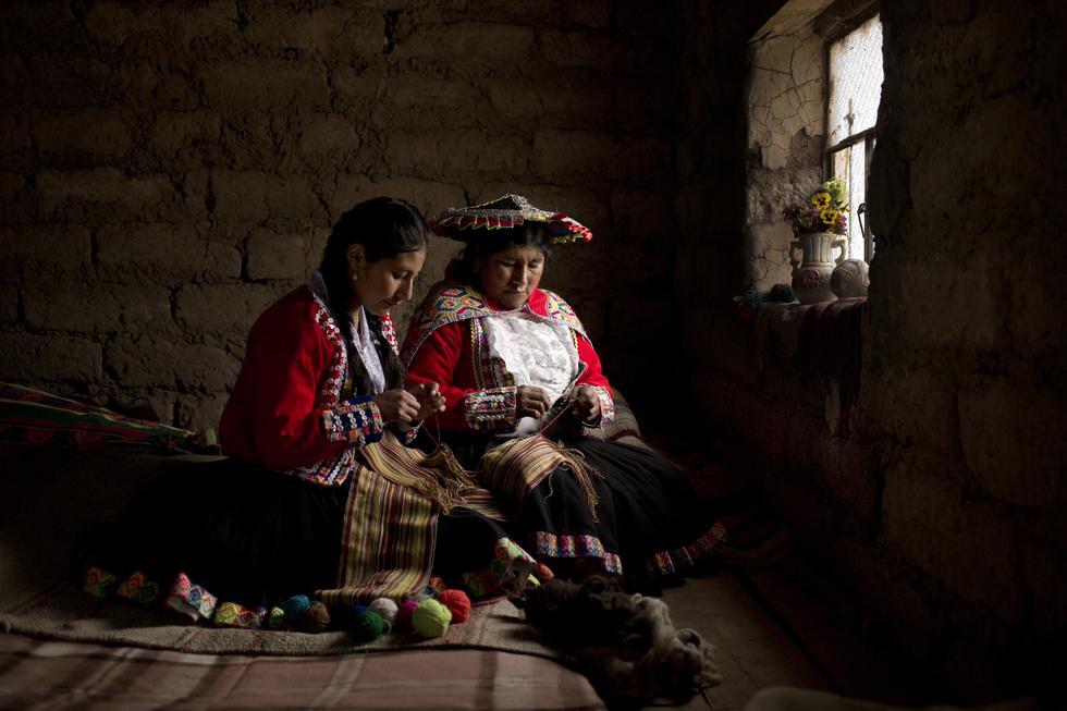 Se conmemora hoy el Día del Artesano Peruano. Por ello contamos aquí la historia de una de sus representantes más ilustres: Victoria Quispe Mamani (48), una maestra quechuahablante que ha decidido luchar por no dejar morir la tradición ancestral del telar cusqueño, convirtiéndose así en protectora del legado cultural de la comunidad de Canchis. Ella está especializada en las antiguas y complejas técnicas del telar de estacas (q. Pampa away) y telar de cintura (q. Kallwa).