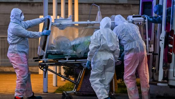 Médicos trasladan a un paciente de coronavirus en Roma, Italia. Foto: AFP