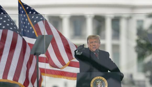 El presidente de Estados Unidos, Donald Trump, habla durante una marcha protestando por la certificación de la victoria electoral de Joe Biden en las elecciones presidenciales, el miércoles 6 de enero de 2021 en Washington. (AP Foto/Evan Vucci)