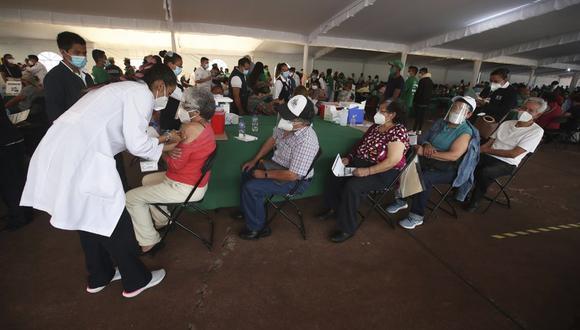 Una trabajadora de salud inocula a un hombre con la vacuna AstraZeneca contra el COVID-19 durante una campaña de vacunación para personas mayores de 60 años, en el Estadio Olímpico Universitario de la Ciudad de México, el lunes 12 de abril de 2021. (Foto AP/Marco Ugarte).