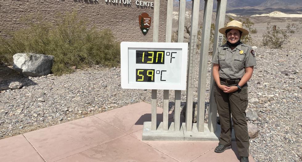 Brandi Stewart, oficial de Información Pública del Parque Nacional Valle de la Muerte, junto al sensor que captó la temperatura de 130°F o 54°C el domingo en el lugar. De confirmarse, sería el registro más alto en la Tierra desde 1913. (Foto: Archivo personal enviado a El Comercio)