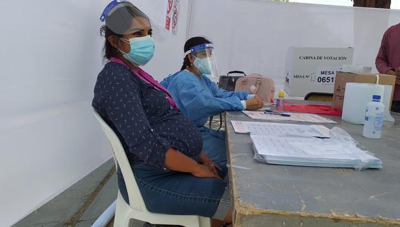 Una mujer embarazada dio el ejemplo y aceptó ser miembro de mesa para poder iniciar la votación en un colegio de Piura | Foto: GEC