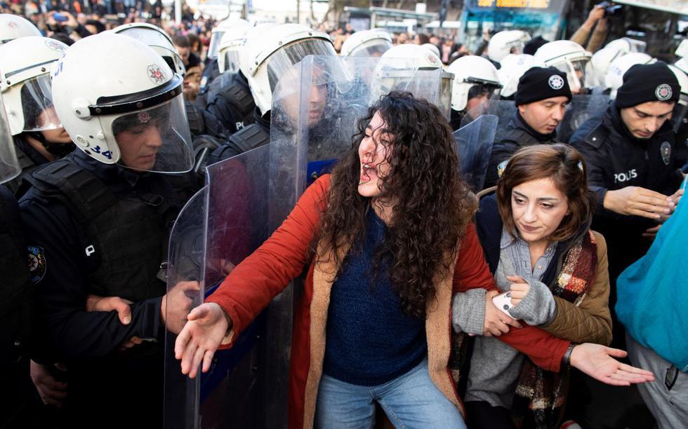 Aproximadamente 300 mujeres se reunieron en el barrio de Kadiköy, en el lado asiático de Estambul, para emular el performance del grupo chileno LasTesis. (EFE)