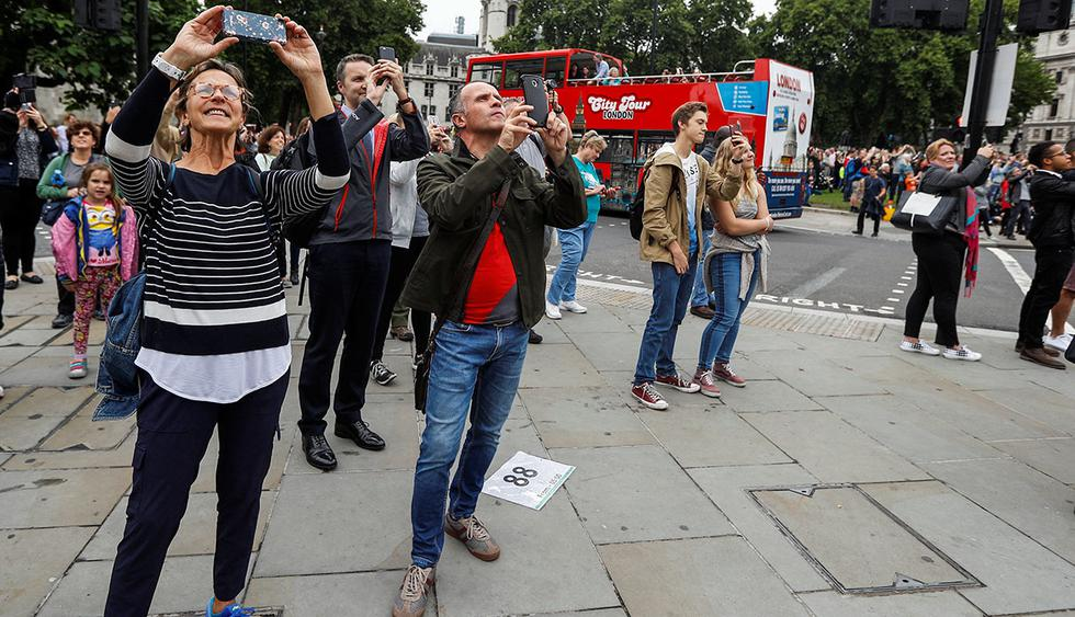 People use their phones to film as the 'Big Ben' bell chimes for the last time in four years ahead of restoration work on the Elizabeth Tower, which houses the Great Clock and the 'Big Ben' bell, at the Houses of Parliament in London, Britain August 21, 2017. REUTERS/Peter Nicholls