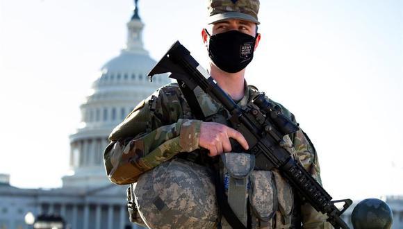 Un miembro de la Guardia Nacional vigila el Capitolio de Estados Unidos en Washington, DC, el 3 de marzo de 2021.  (EFE / EPA / MICHAEL REYNOLDS).