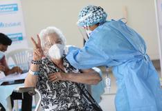 Nueva vacunación territorial: hoy se inicia en 11 centros de inmunización para adultos mayores de 22 distritos