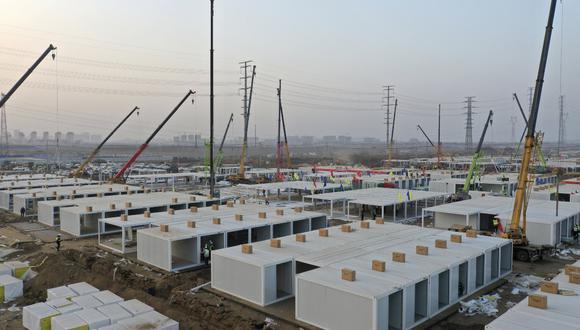 En esta foto aérea publicada por la Agencia de Noticias Xinhua de China, los trabajadores construyen una gran instalación de cuarentena centralizada capaz de albergar a varios miles de personas en Shijiazhuang, en la provincia de Hebei, en el norte de China, el sábado 16 de enero de 2021.  (Jin Liangkuai/Xinhua/AP).