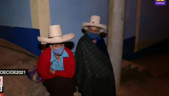 Personas mayores de 80 y 70 años, pese a que no están obligados a acudir a los locales de votación, forman colas para emitir su voto. (Captura: Latina)