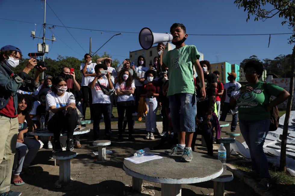 Caio, un pariente de Matheus Kaique dos Santos, quien fue asesinado a tiros por la policía según su familia, usa un megáfono durante una protesta contra la violencia policial y el racismo, en medio del brote de la enfermedad por coronavirus. (REUTERS/Amanda Perobelli).