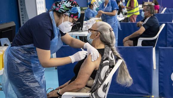Un trabajador de la salud administra una vacuna contra el coronavirus en Chile. (Foto de Martin BERNETTI / AFP).