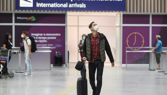 Los pasajeros de la aerolínea British Airways llegan al aeropuerto internacional de Galeao, en medio de la pandemia de coronavirus en Río de Janeiro, Brasil, el 21 de diciembre de 2020. (REUTERS/Pilar Olivares).