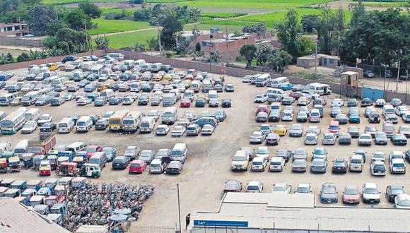 Uno de cada 10 vehículos debería estar en el depósito, según el SAT. Autos con orden de captura en Lima llenarían 25 Campos de Marte. En la capital no hay espacio suficiente para internar a todos ellos (Foto: Bryan Albornóz).