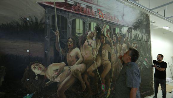 Un grupo de travestis emprende una frenética danza tribal mientras, a sus espaldas, se incendia la Casa de Hierro. El fuego lo devora todo en la imagen pintada sobre planchas de aluminio y material industrial. Bendayán sostiene la obra y Buntinx la observa.