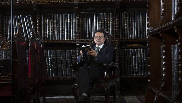 PORTADA LUCES. el embajador Ernesto Pinto, Autor de la novela histórica Isabel de los Mares