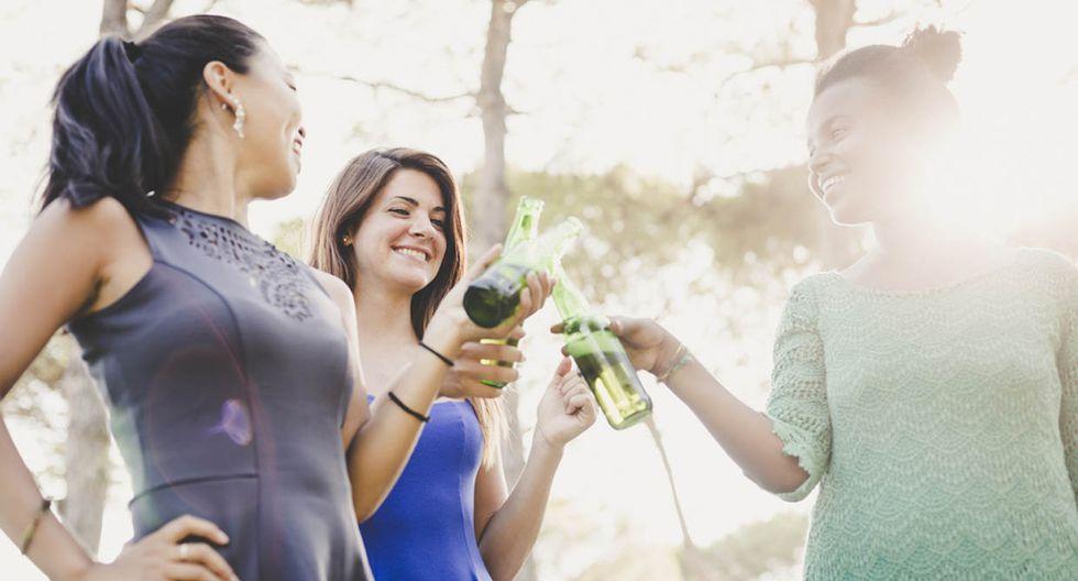 Mujeres y hombres bebemos cada vez más parecido, según estudio
