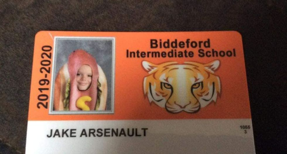 Un niño se disfrazó de hot dog para la foto de su carné de colegio | Foto: Facebook / Craig