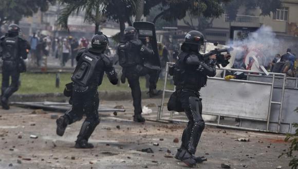 La policía de Colombia reprime una protesta en Cali. (AP Photo/Andres Gonzalez).