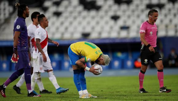 Neymar estaba listo para cobrar el penal, pero lo anularon. (Foto: Reuters)