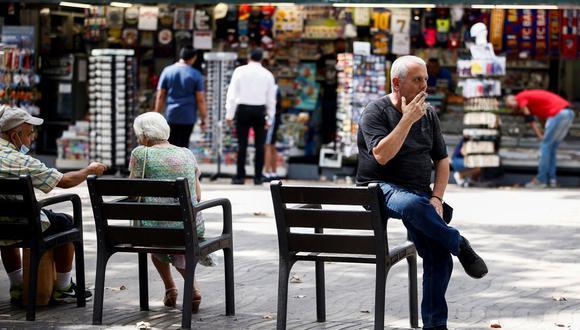 Un hombre fuma en las Ramblas de Barcelona tras la publicación en el Diario Oficial de la Generalitat de Cataluña (DOGC) de una resolución del Departamento de Salud por la cual queda prohibido fumar al aire libre y en cualquier espacio público, incluidas las terrazas de los bares, si no se puede guardar una distancia mínima de dos metros. (EFE/Quique García).