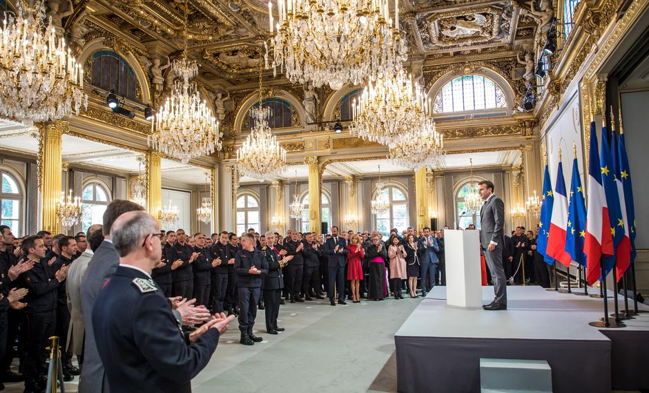 Emmanuel Macron rinde homenaje a los bomberos que extinguieron el fuego en Notre Dame. (EFE).