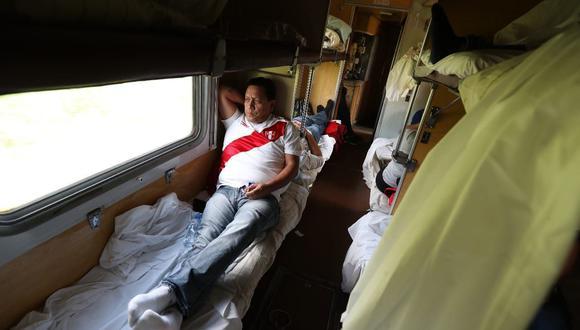 """""""No hemos dormido más de 5 horas. La única vez que descansamos de corrido, y de verdad, fue en el tren que tomamos de Saransk a Moscú"""". (Foto: Rolly Reyna)"""