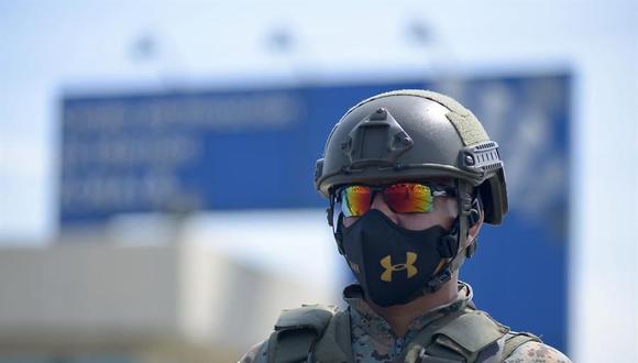 Soldados custodian el Centro de Privación de Libertad Zonal 8 de Guayaquil, una de las cuatro cárceles de Ecuador donde este martes se produjeron motines. (EFE/ Marcos Pin).