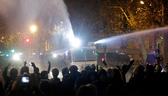 La policía usa sus cañones de agua para dispersar a quienes protestan. Imagen de hoy sábado 12, en París. (REUTERS/Charles Platiau)