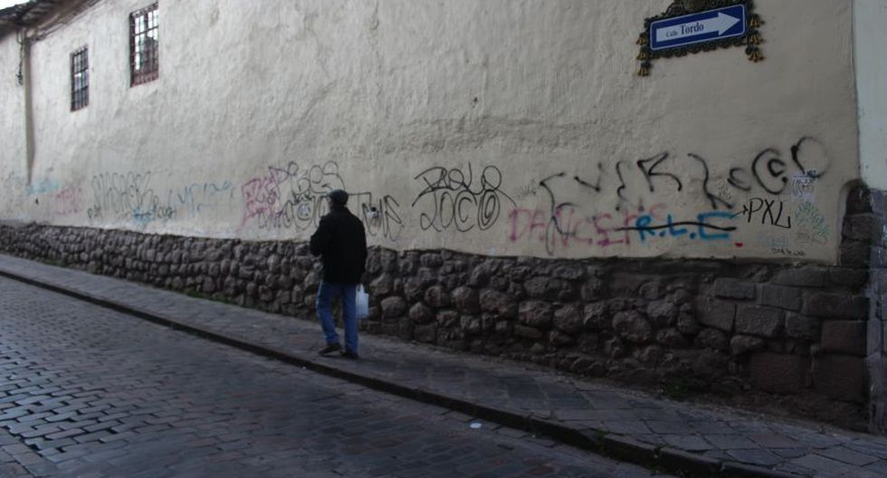 Por un lado la Dirección de Cultura de Cusco informa que interviene en este tipo de pintas cuando dañan patrimonio pre colonial, como muros incas. Pintas en otro tipo de muros están a cargo de la comuna o de privados. En la imagen gr