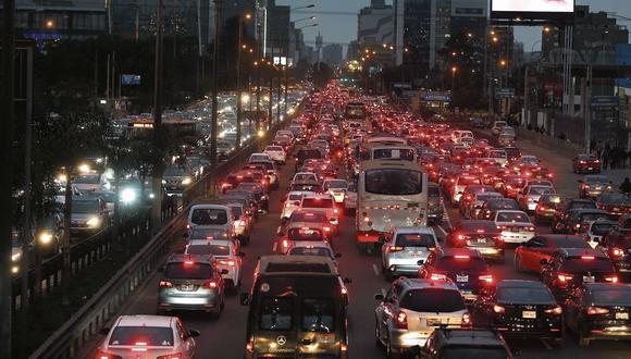Una imagen habitual de la avenida Javier Prado: cientos de taxis y colectivos informales trasladando a un promedio de 2 pasajeros cada uno, perjudicando la circulación de corredores que trasladan a más de 50 personas. Una muestra de que el espacio público no prioriza a la mayoría.