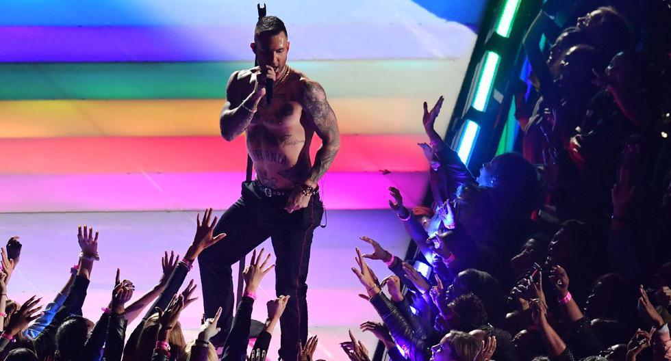 Hace 15 años una cantante perdió su carrera por que se mostró un seno por casualidad. El año pasado, Adam Levine recibió criticas por su show. (AFP).