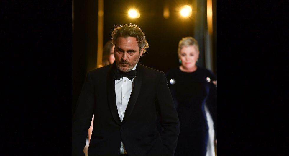 "Joaquin Phoenix, luego de recibir su Oscar a Mejor actor por ""Joker"", seguido por Olivia Colman."