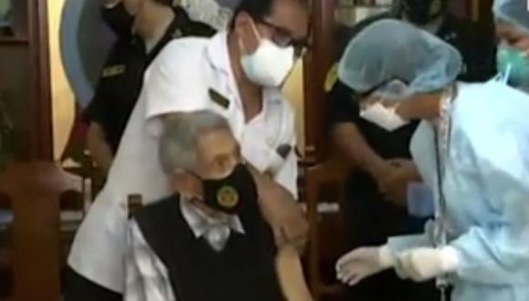Veterano de la guerra contra el Ecuador recibe vacuna. (Foto: captura América Noticias)