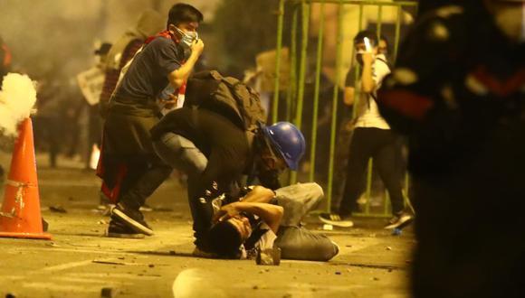 Un manifestante auxiliando a uno de los heridos durante la segunda marcha nacional. (Alessandro Currarino/@photo.gec)