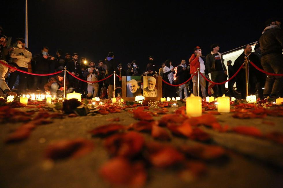 Cientos de personas se reunieron en la noche del sábado al domingo junto al aeropuerto de Bagdad, en el punto en el que hace un año fueron asesinados el general iraní Qassem Soleimani y el número dos de las milicias de Multitud Popular, Abu Mahdi al Mohandes, para clamar venganza contra Estados Unidos. (Texto y foto: EFE).