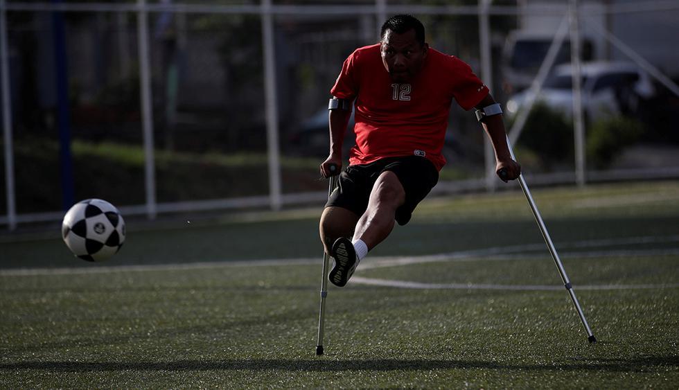 Alexander Pérez patea un balón durante un entrenamiento de fútbol de amputados en una cancha sintética en Panamá. (EFE)