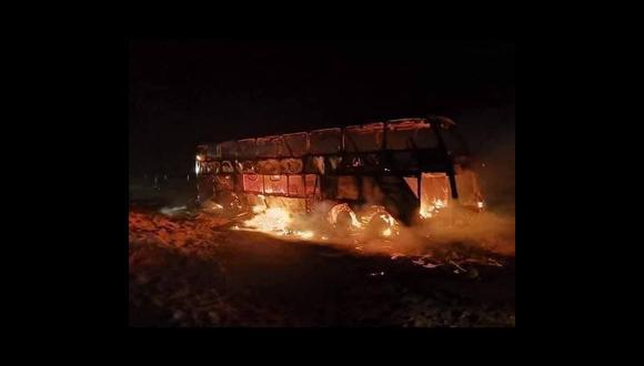 El vehículo fue totalmente consumido por las llamas. (Foto: PNP)