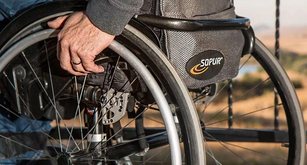 Un motociclista detuvo su vehículo en medio de una avenida solo para ayudar a cruzar la pista a un hombre que se desplazaba en una silla de ruedas   Foto: Pixabay / stevepb - Referencial