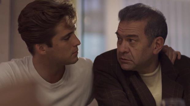 """""""Luis Miguel, la serie"""" incluyó una memorable escena entre 'Micky' y su """"segundo padre"""", Hugo López. (Foto: Netflix)"""