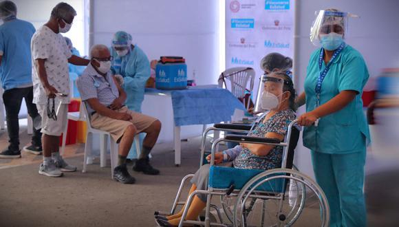 """""""Ante esta realidad, miles de peruanos que tienen la posibilidad han decidido inmunizarse bajo sus propios medios""""."""