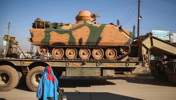 Un convoy militar turco de tanques y vehículos blindados avanza por la ciudad siria de Dana, al este de la frontera turco-siria en la provincia de Idlib. (AFP / AAREF WATAD).