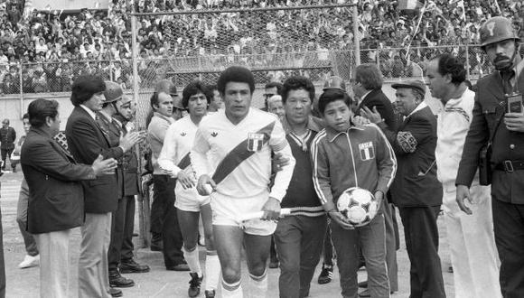 El futbolista peruano Héctor Chumpitaz en las Eliminatorias para España 82. (Foto: Archivo Histórico El Comercio)