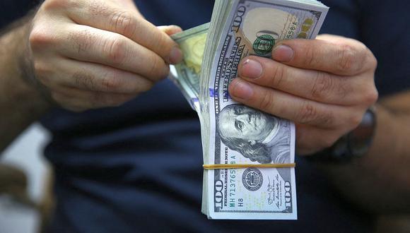 Dólar en Perú a la baja.  (Photo by AHMAD AL-RUBAYE / AFP)