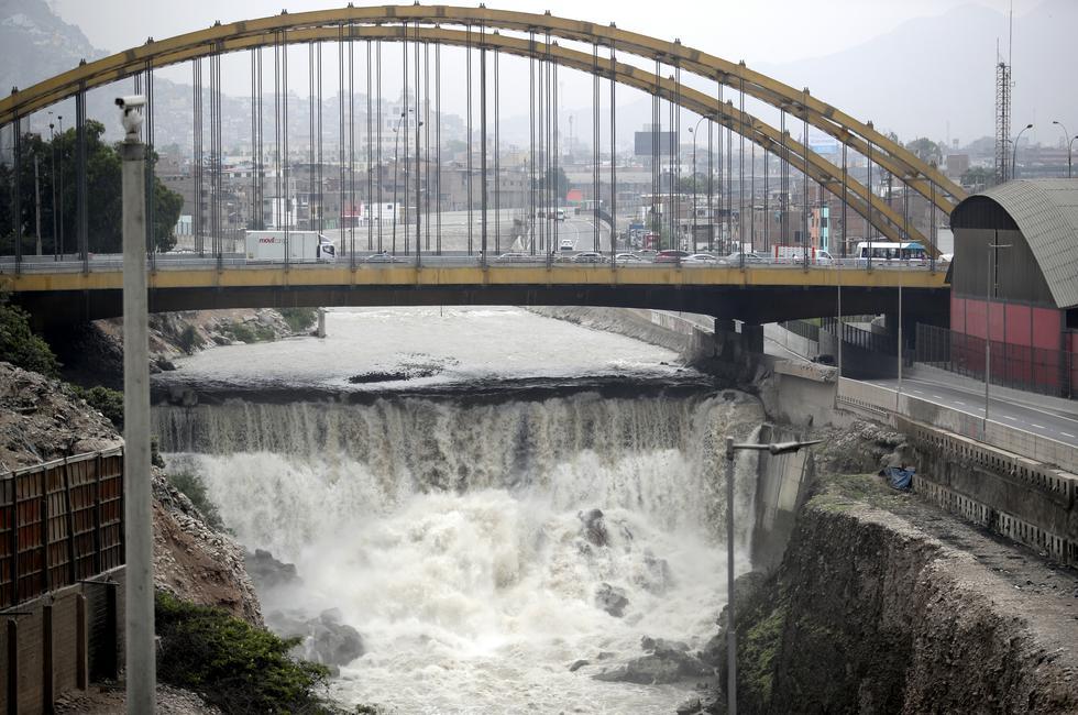 Aumento del caudal del Río Rímac desde el puente del Ejercito. Foto: Lino Chipana Obregón / @photo.gec
